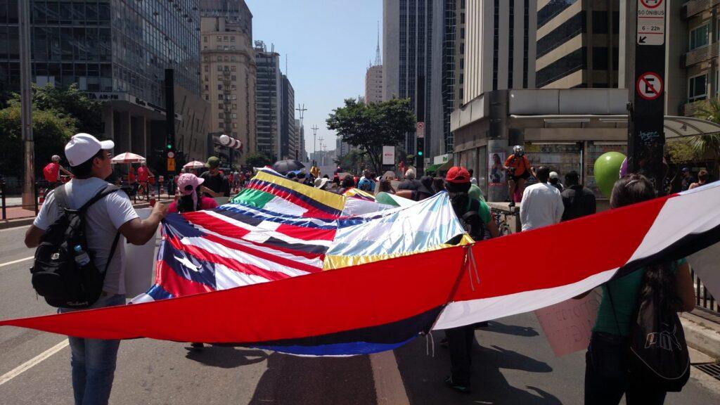 Diferentes nacionalidades, bandeiras e culturas se unem na Marcha dos Imigrantes. Crédito: Rodrigo Borges Delfim/MigraMundo