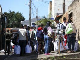 Grupo de 46 migrantes venezuelanos durante chegada a Brasília, onde foram acolhidos e encaminhados a casas de passagem alugadas pela sociedade civil local.