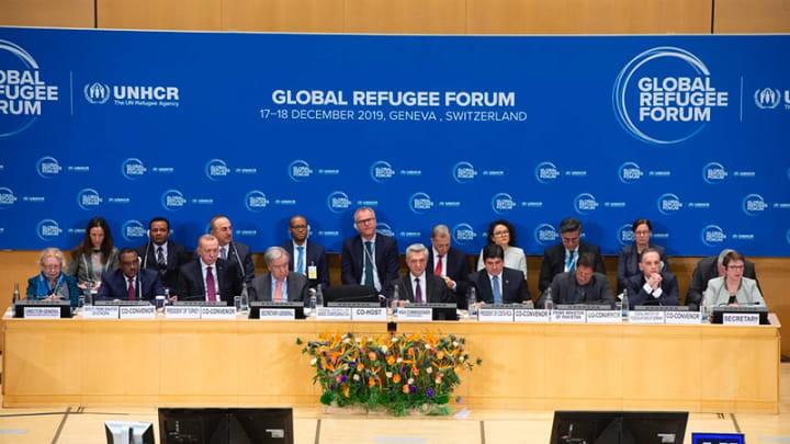 Líderes e ONU oficiais se reúnem para a sessão plenária de abertura do Fórum Global para Refugiados no Palácio das Nações em Genebra, Suíça