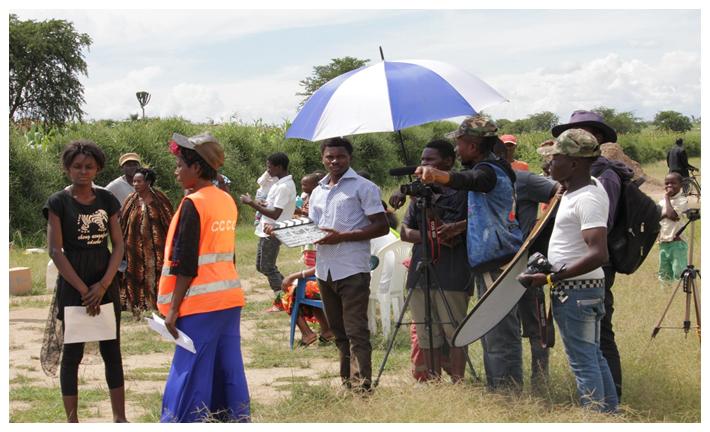 Refugiado congolês cria produtora de filmes em campo em Uganda