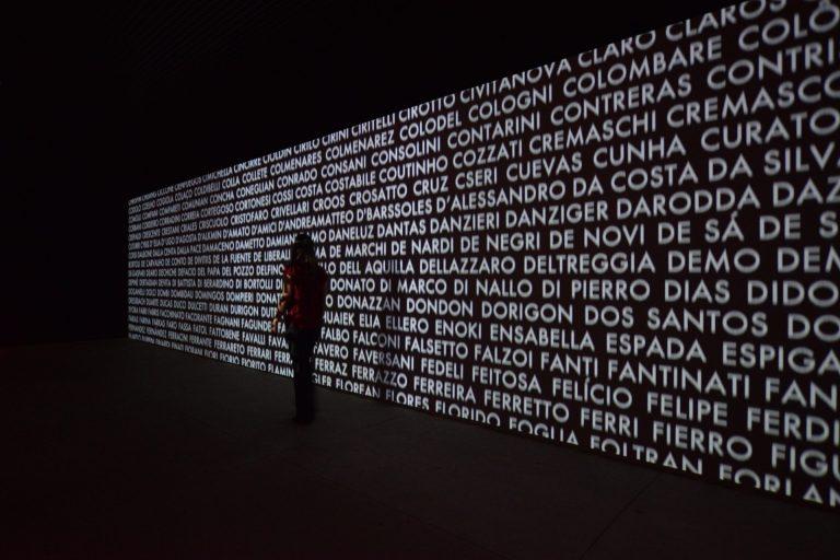 instalação videográfica SobreNomes no Museu da Imigração