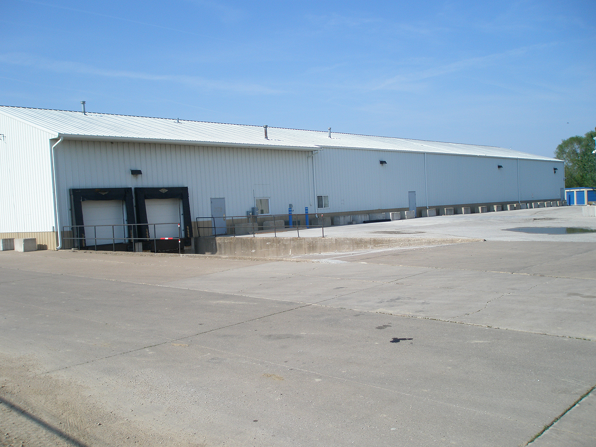 Dual truck loading docks accessible self storage unit in Davenport, Iowa. (Quad Cities area)