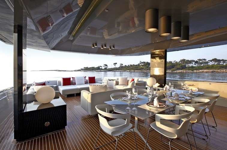 The aft deck lounge of M/Y Lady 007