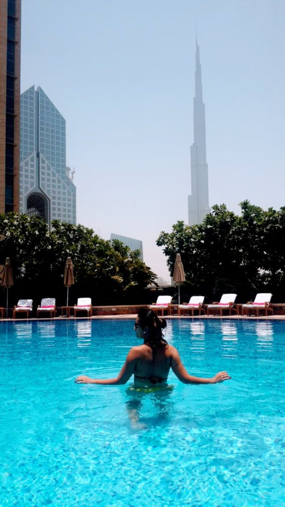 Morando em Dubai vida normal na piscina do apartamento