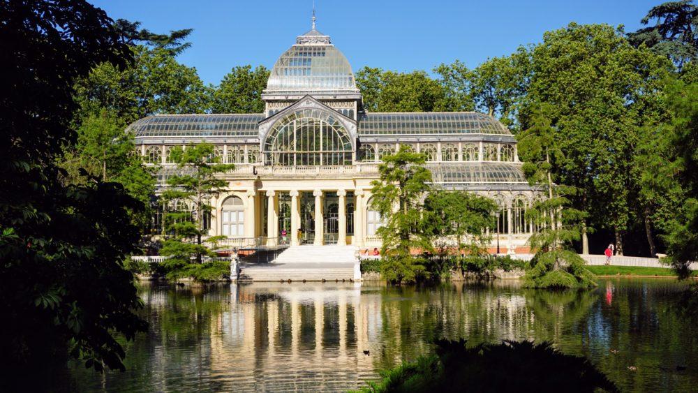 Vista para o Palácio de Cristal dentro do Parque Del Retiro na cidade de Madri