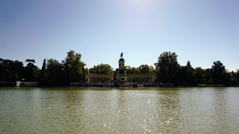 Vista para o Monumento a Afonso XII no parque del retiro na cidade de Madri