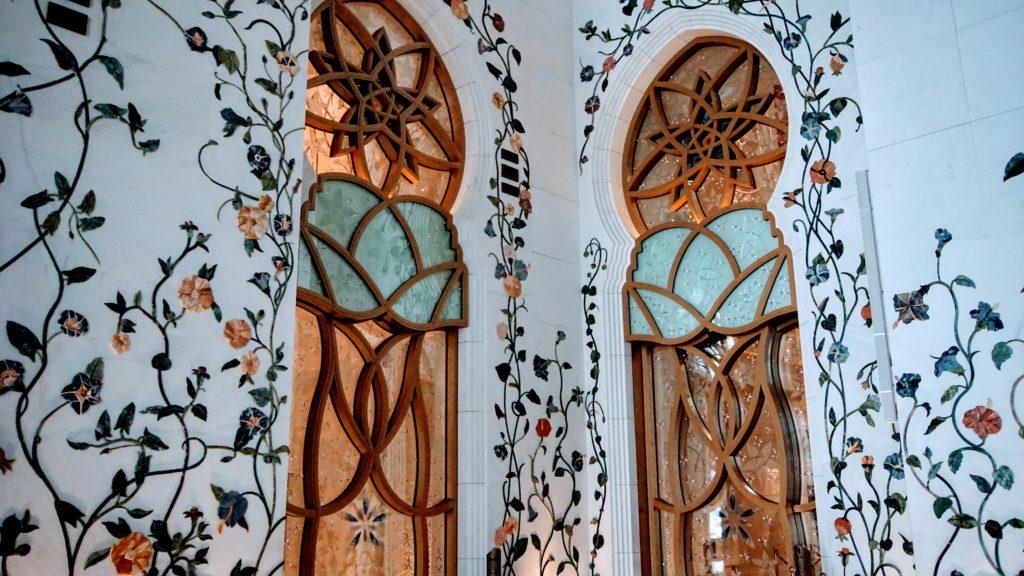 A Mesquita Al Zayed, é um destino incomparável, deslumbrante e magnifico. Uma atração obrigatória para aqueles que estão de passagem pelos emirados árabes. Conhecer a mesquita de Dubai foi um sonho realizado.