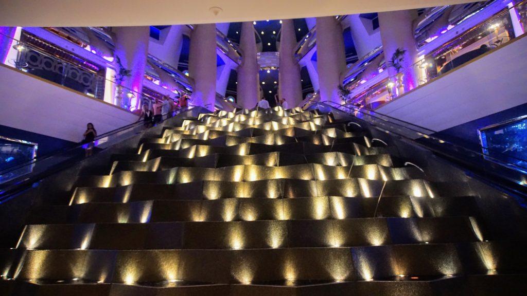 Ir para Dubai e viver dias de ostentação. O cartão postal da cidade, o Burj Al Arab não permite a entrada sem reserva. Veja como fazer para conhecer esse hotel.