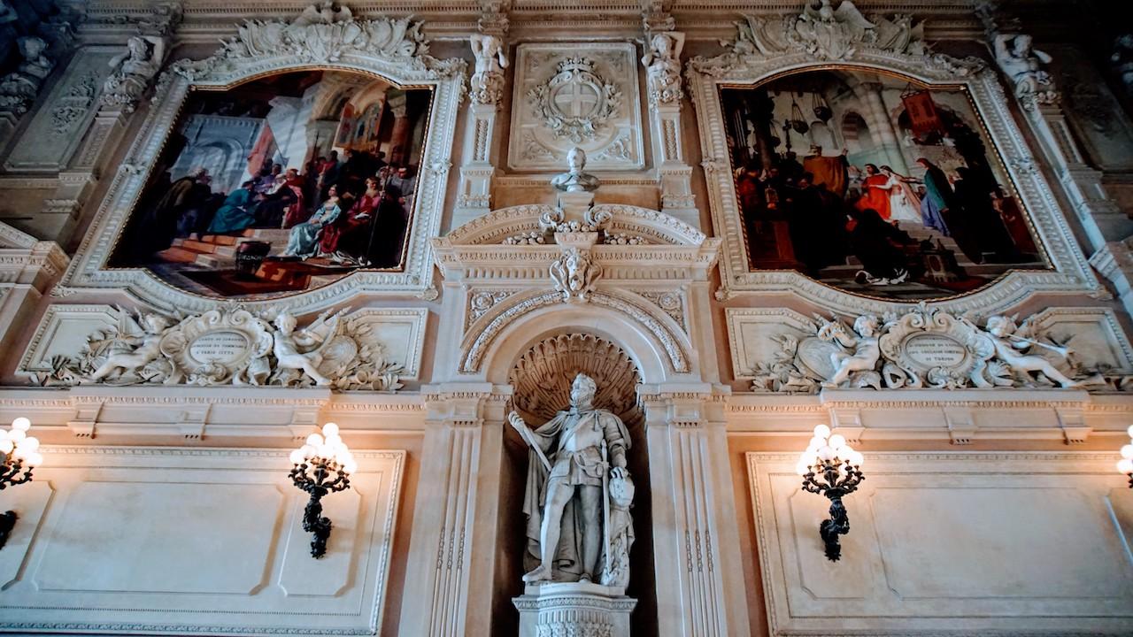 Detalhes da escadaria do Palácio Real de Turim
