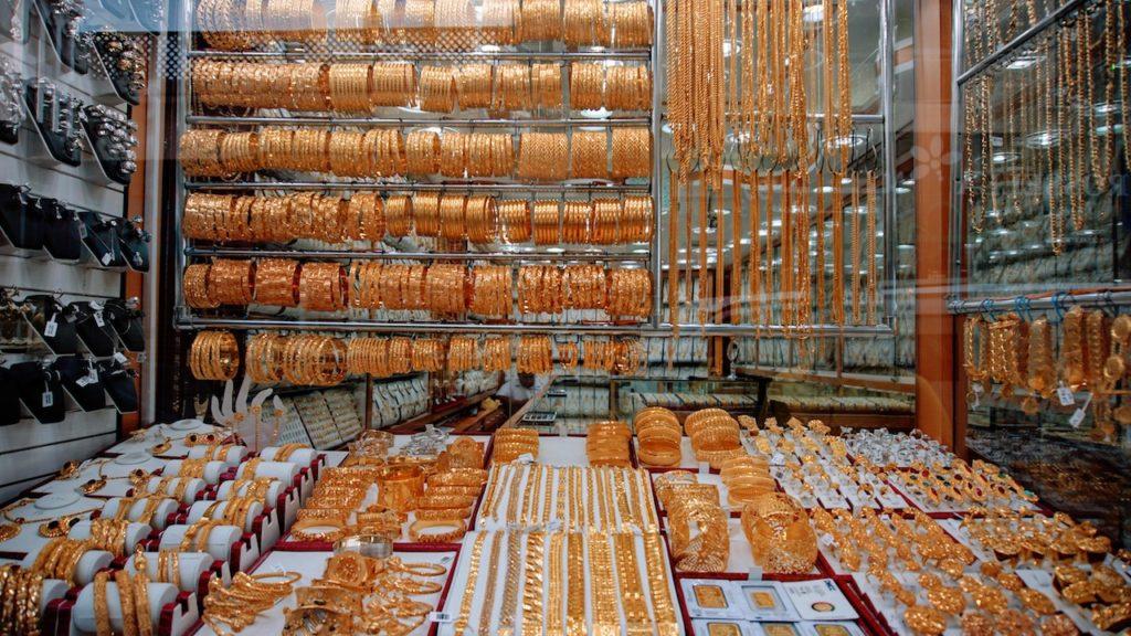 Mercados de Dubai: vitrine com uma variedade enorme de pulseiras de ouro