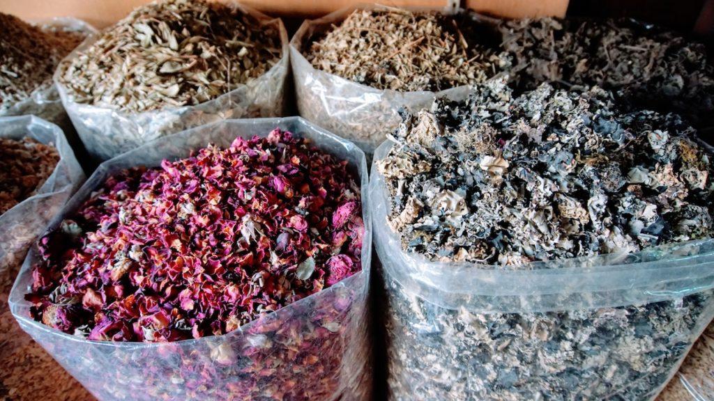 Mercados de Dubai: muita cor pelos corredores do mercado de especiaria de dubai