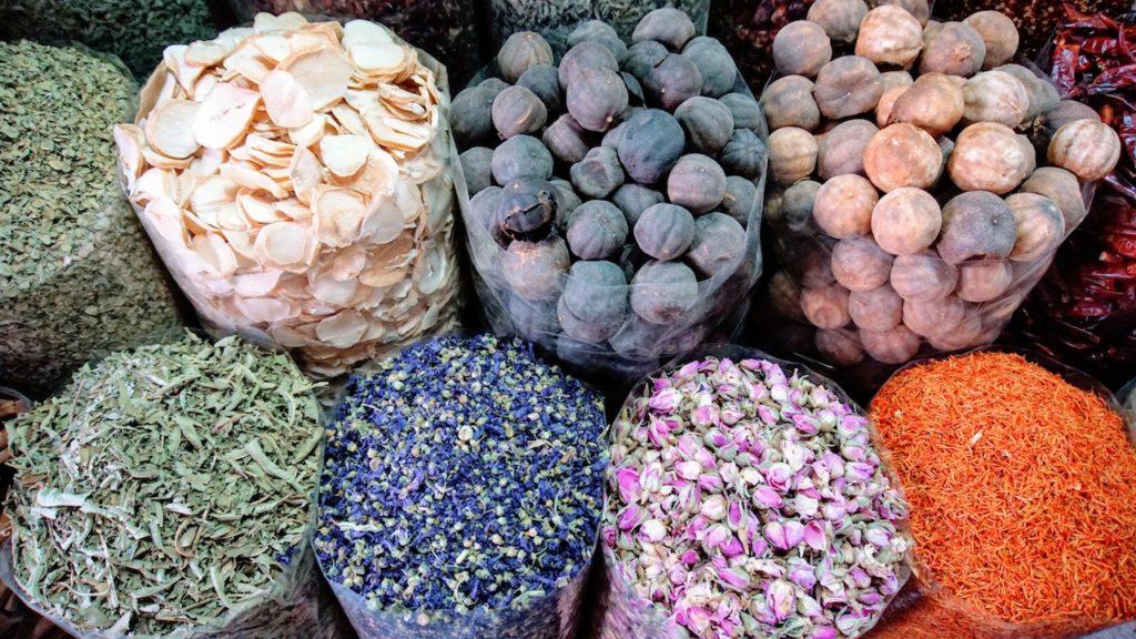 Mercados de Dubai: Mercado de especiarias cheirosa e colorido
