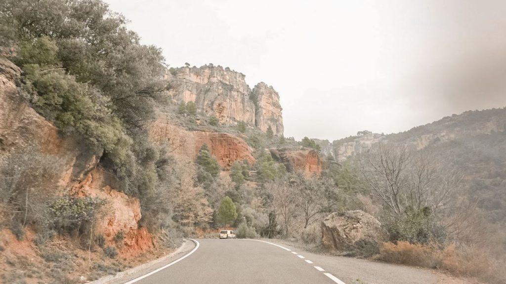 Estrada sinuosa até a vila de Siurana