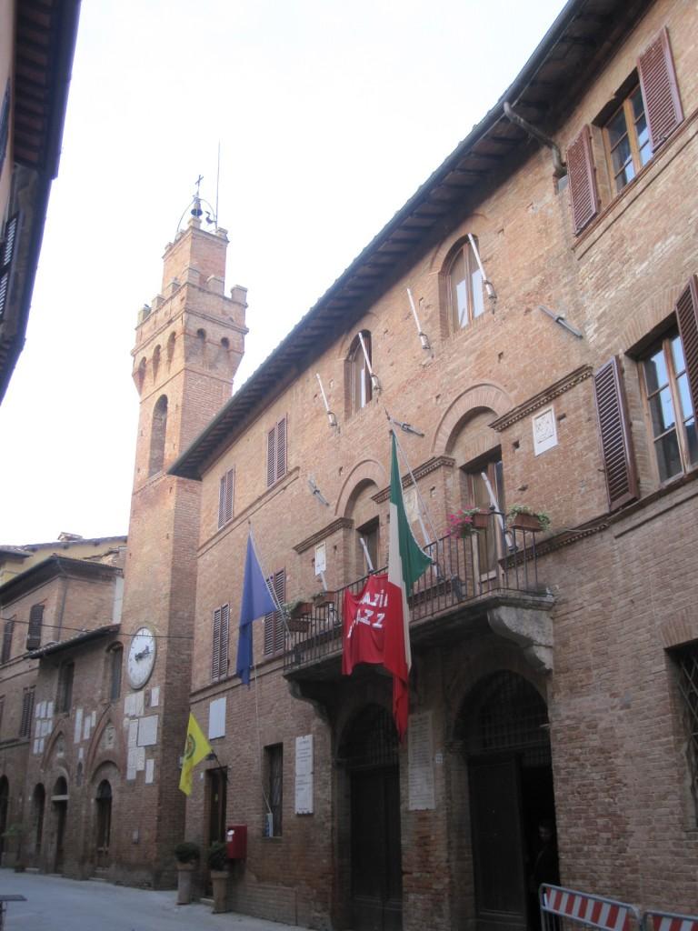 Het stadhuis Palazzo Comunale met daarnaast het Palazzo Podestarile met de klokkentoren