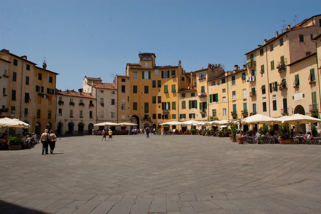 Het plein Piazza dell'Anfiteatro in Lucca