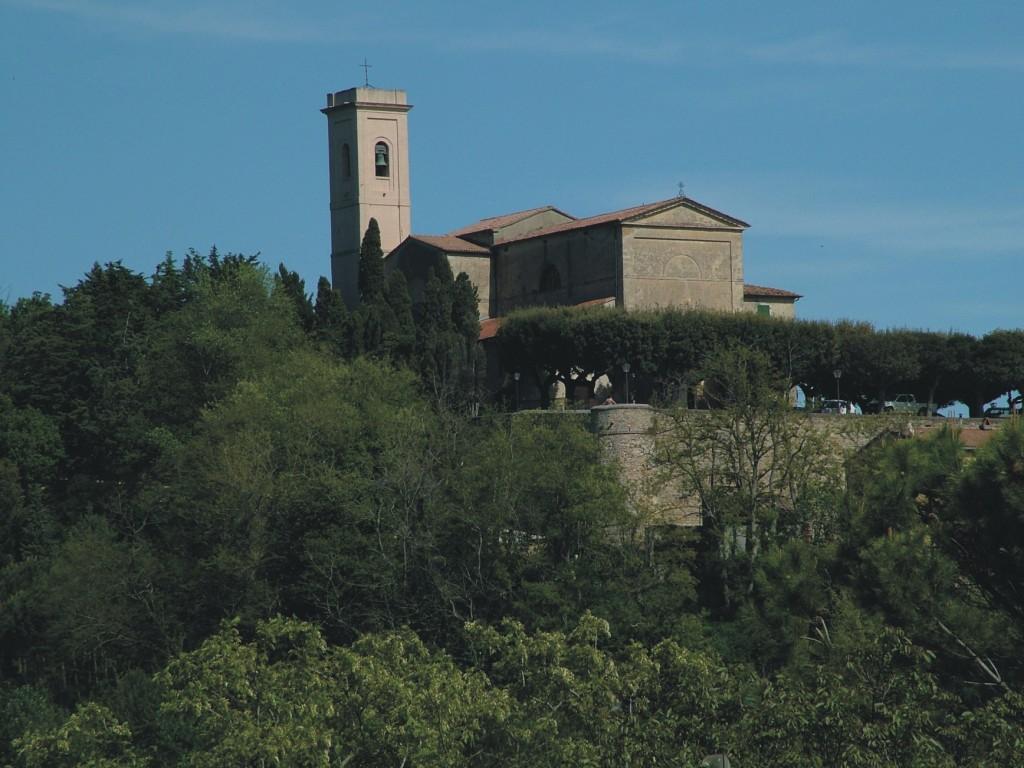 Zicht op de kerk S. Andrea en de kasteelmuren