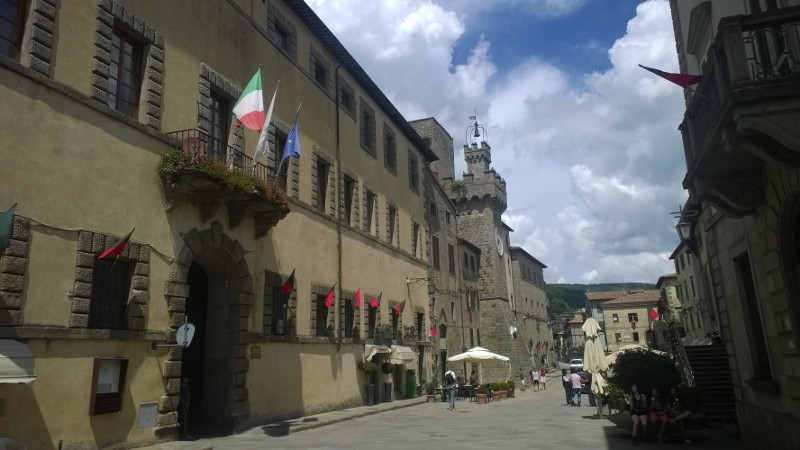 Piazza Garibaldi met Palazzo Sforza Cesarini en de klokkentoren