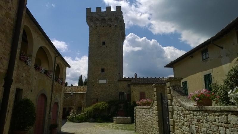 binnenplein met 12de eeuwse toren