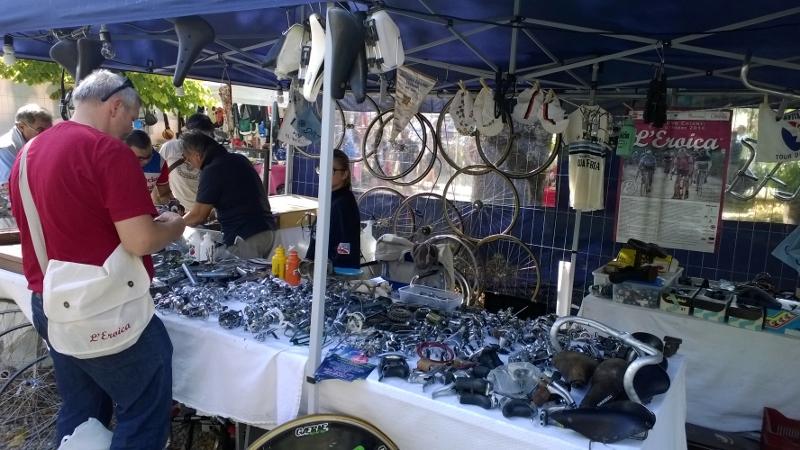 verkoop retro fietsartikelen op de Eroica markt