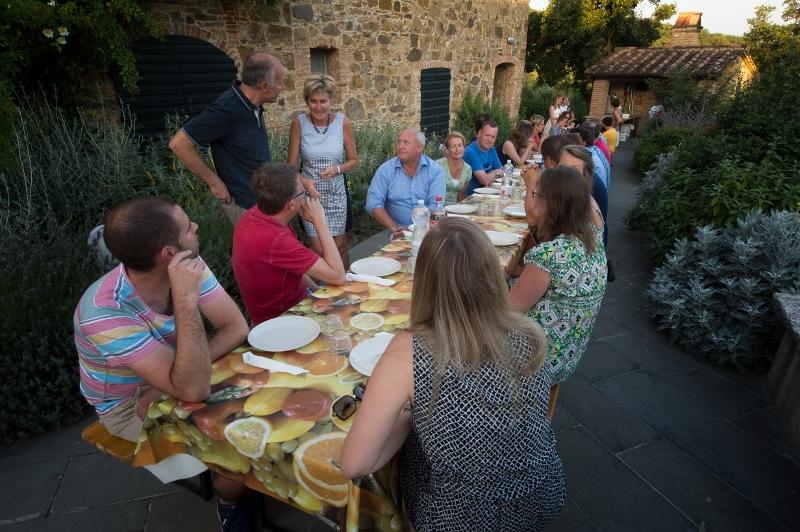 Gezellig tafelen in open lucht tijdens de wekelijkse pizza avond