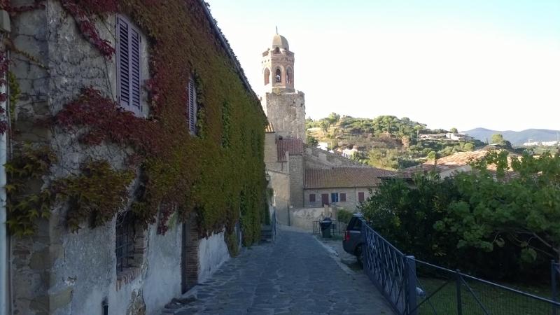 zicht op toren van de kerk Pieve di San Giovanni Battista (800x450)