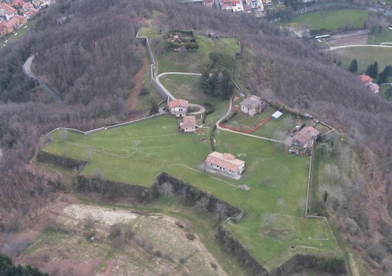 Het fort vanuit de lucht gefotografeerd