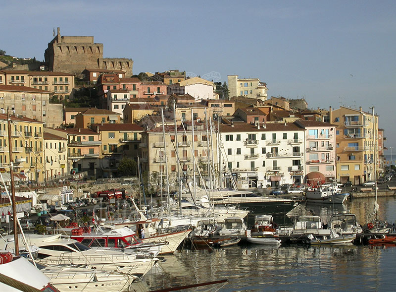 de oude haven met het fort op de achtergrond