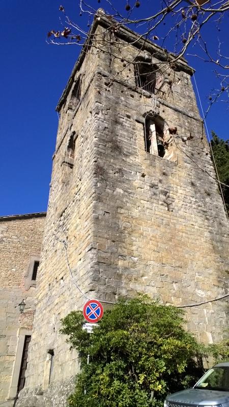 de klokkentoren van de kerk