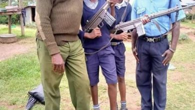 Photo of Foolish Cops In Trouble For Allowing  KCPE Candidates Pose With Their Guns
