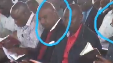 Photo of Watch As Governor Gideon Moi And Uhuru Struggling To Find Bible Verse Which DP Ruto Got At Fingertips