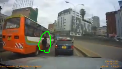 Photo of Kenyan Motorist Captures Never Seen Moment On How Phone Snatchers Terrorize Passengers