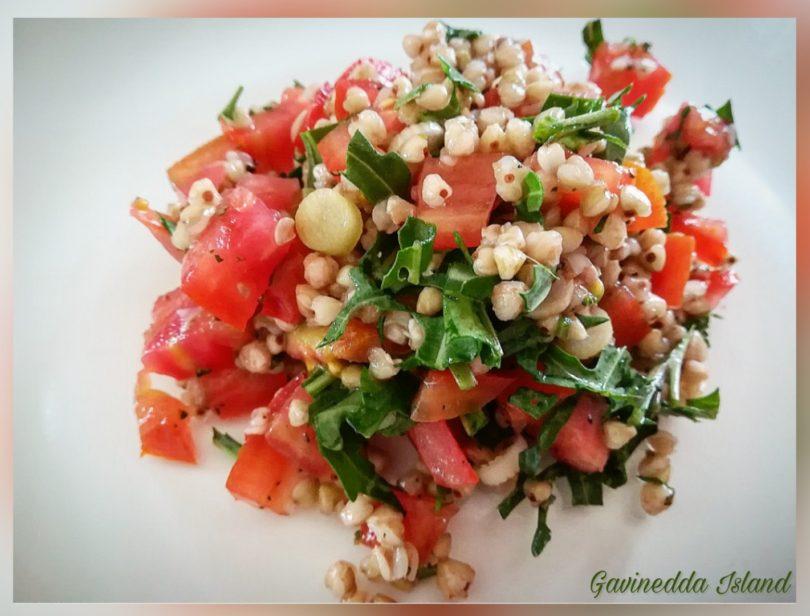 Insalata di grano saraceno, pomodori e rucola