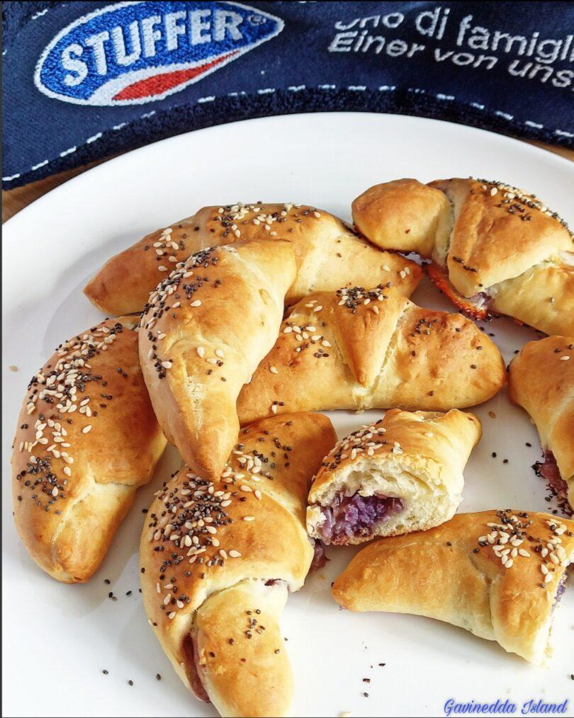 Croissant salati con cavolo viola e pancetta