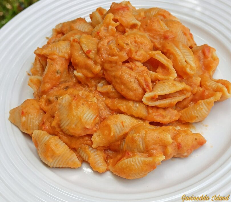Pasta con crema di cavolfiore e pomodori