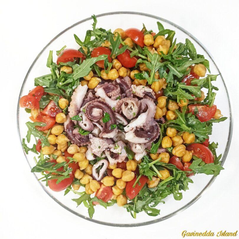 Insalata moscardini, ceci, pomodorini e rucola