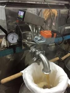 On sort le sirop à presque 217F.  Une première filtration, attention c'est chaud!