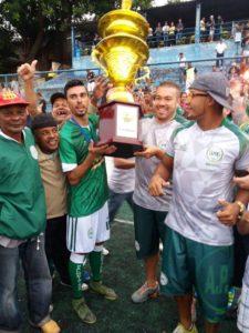 O capitão da equipe do Palmeirinha ergue a taça ao lado do técnico Bruno que foi expuslo da partida (Foto: Caio Henrique/FCS)