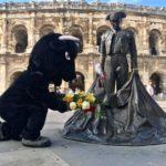 Déguisé en taureau, Rémi Gaillard dépose une gerbe sous la statue d'un torero