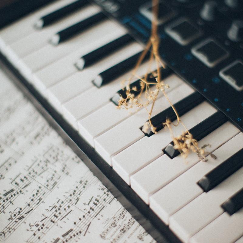 pianino-muzykoterapia-ajurweda