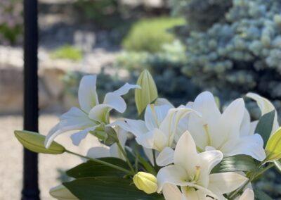 Fresh flowers adorn a table in the outdoor splendor at A Vista Villa Couples Retreat