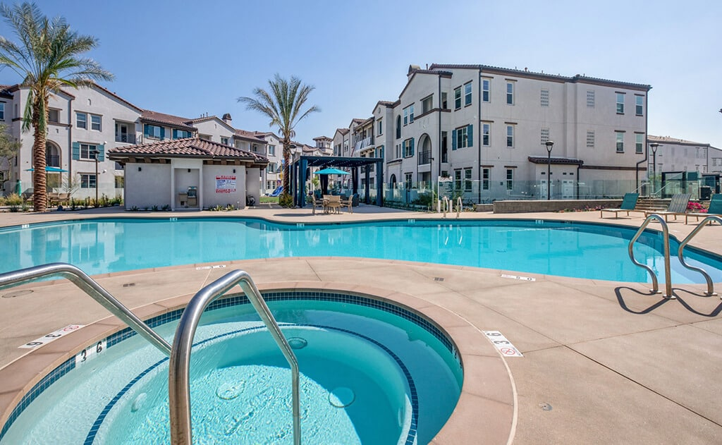 The Crossings of Chino Hills pool and jacuzzi