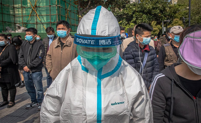 People observe three minutes of silence to mourn for the coronavirus victim in China on April 4. Credit: EPA