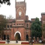 इविवि में छात्रों ने परीक्षा नियंत्रक कार्यालय पर जड़ा ताला, ६० फीसद अंक की मांग पर हैं अड़े