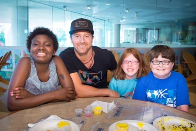Kip Moore with patients Keandra, Alyssa and Tylerl