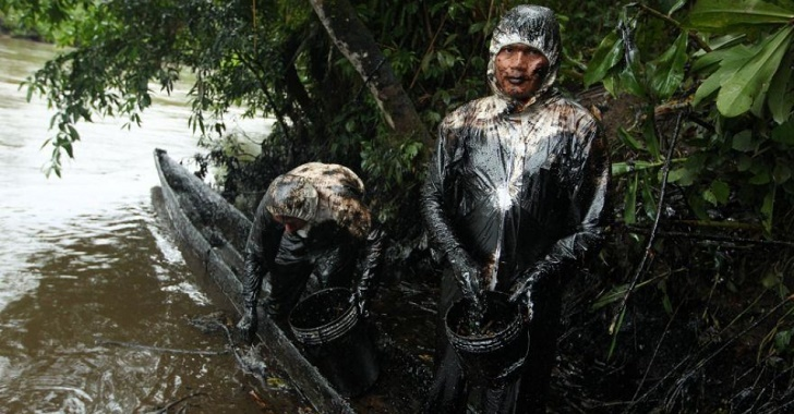 """Indigenous people are struggling to clean up 6,000 barrels oil that have poured into the Chiriaco and Morona tributaries of the Amazon River. (Photo: Alessandro Currarino / El Comercio"""")"""