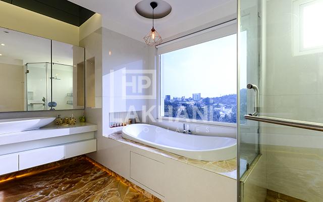 Tiberwal's residence modern bathroom interior design