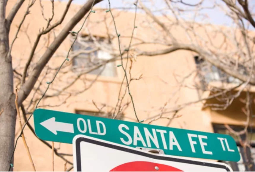 santa fe digital marketing road sign pointing to the best choice for online marketing in new mexico.