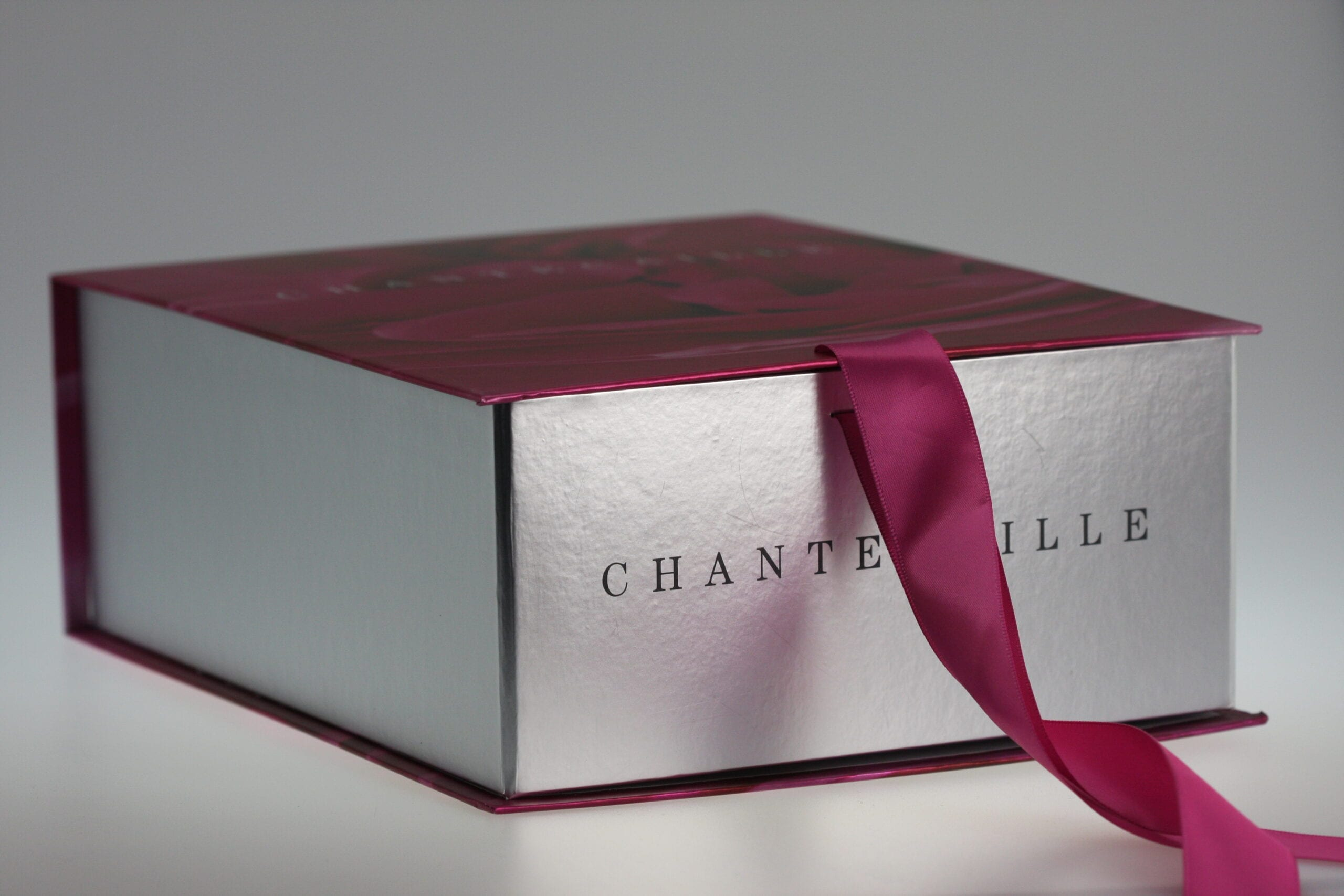 When it comes to custom collapsible packaging, cutting the cost doesn't always mean lacking in beauty, and this custom designed collapsible box with a ribbon detail perfectly captures that concept.