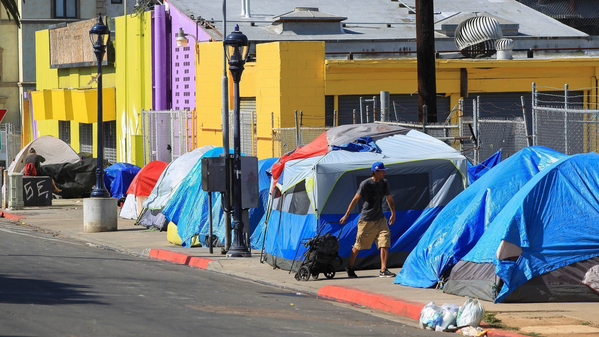 Pilot Program in San Diego aims to pay Homeless People for Cleaning up Trash and Graffiti