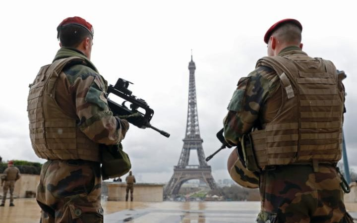 94154775_French_army_paratroopers_patrol_near_the_Eiffel_tower_in_Paris_France_March_30_2016_as_Fran-large_trans++ZgEkZX3M936N5BQK4Va8RTgjU7QtstFrD21mzXAYo54